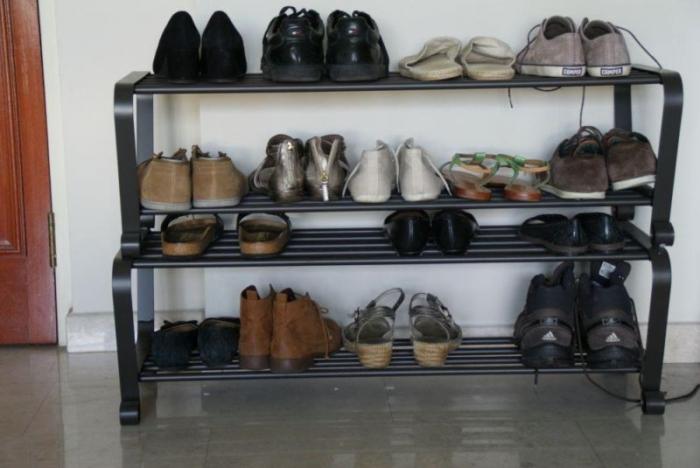 Многоярусная полка для обуви – компактно и удобно.