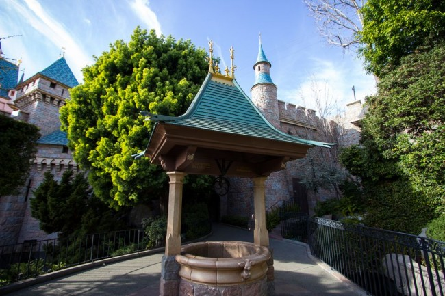 Домик для колодца в восточном стиле