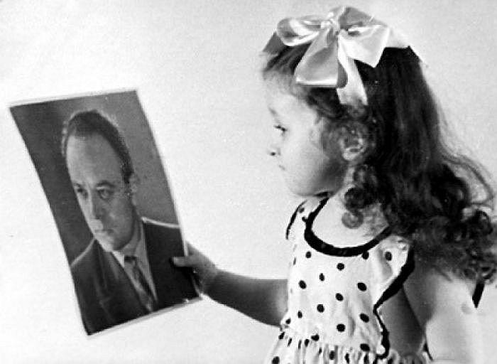 Дочь Броневого с портретом отца. / Фото: www.negani.com