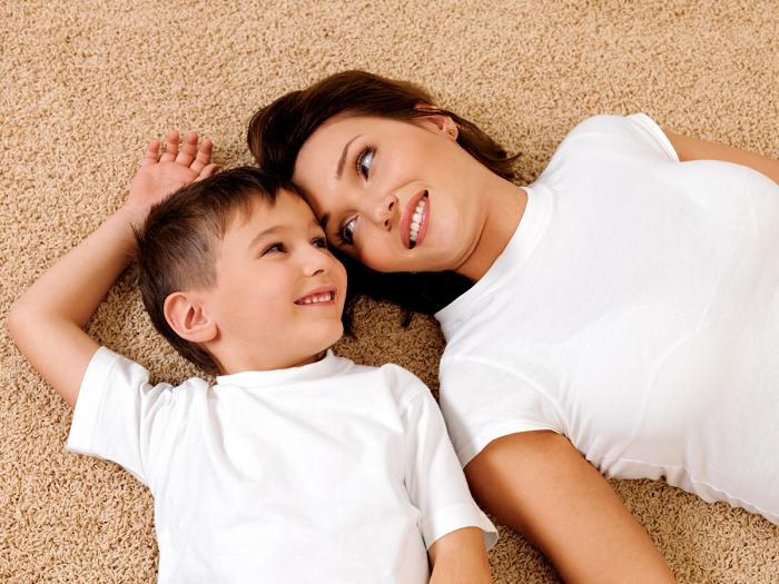 Мама с сыном проводят свободное время вместе, просто лежа на полу.| Фото: thejizn.com.