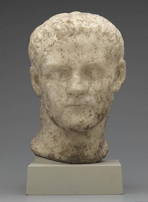 Мраморная голова императора Калигулы, когда-то отделенная от скульптуры в полный рост