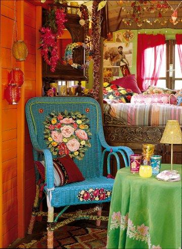 Плетеные кресла окрашены в бирюзовый, а спинка украшена цветами ткани приклеены