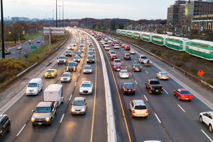 Безопаснее всего ехать со скоростью потока. Фото: pbs.twimg.com/m