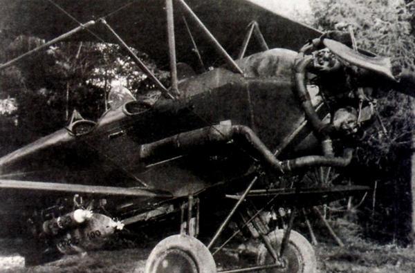 У-2ЛНБ с глушителем и бомбами (две фугасные и две осветительные) под крылом.