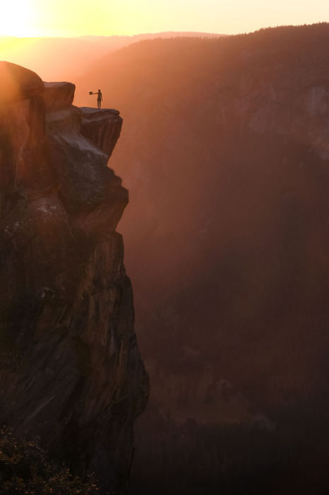 Человек, стоящий на краю утеса, кажется маленькой букашечкой, в таком огромном неопознанном мире.