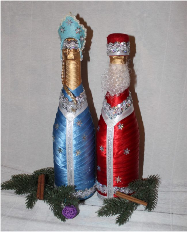 Результат новогоднего ленточного декора бутылок с шампанским