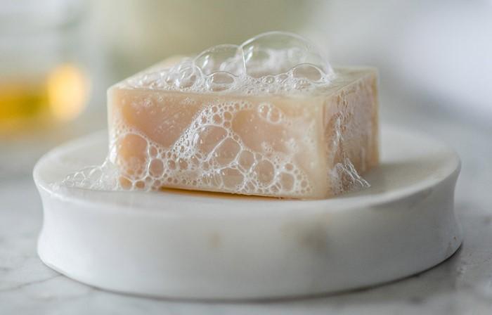 Мыльная пена мягко воздействует на кожу и снимает воспаления / Фото: severdv.ru