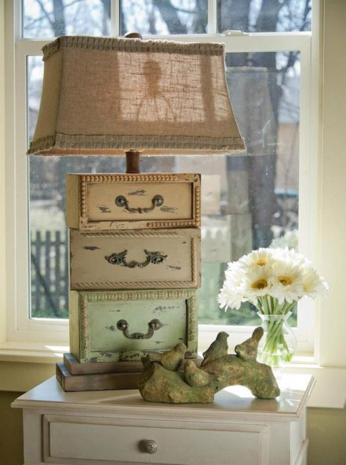 оригинальная настольная лампа с состаренными выдвижными ящиками