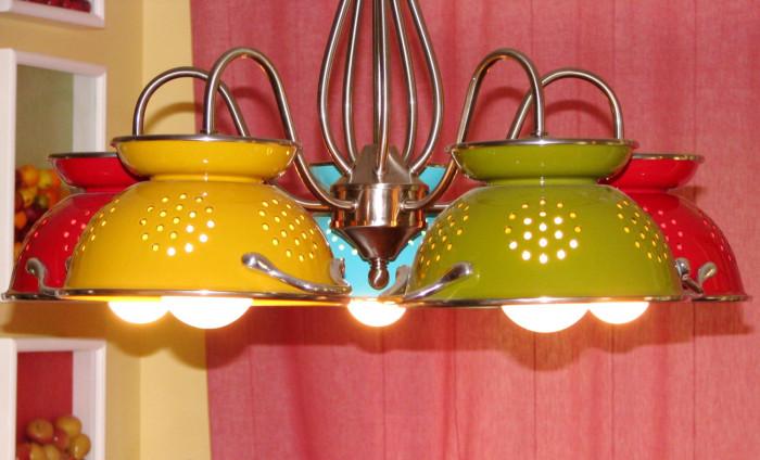 Интересные плафоны для лампы из дуршлагов.