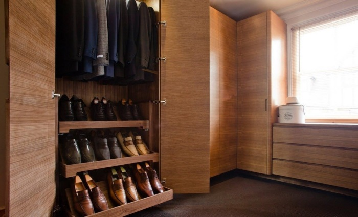 Классическая мужская гардеробная комната в стиле минимализма.