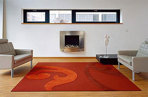 Красный ковер в светлой комнате