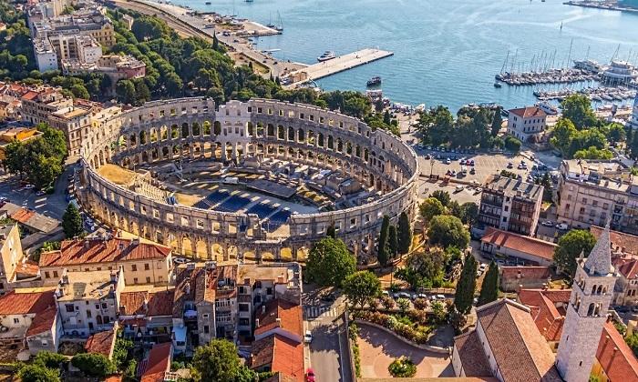Древнеримский амфитеатр, расположен на побережье полуострова Истрия.
