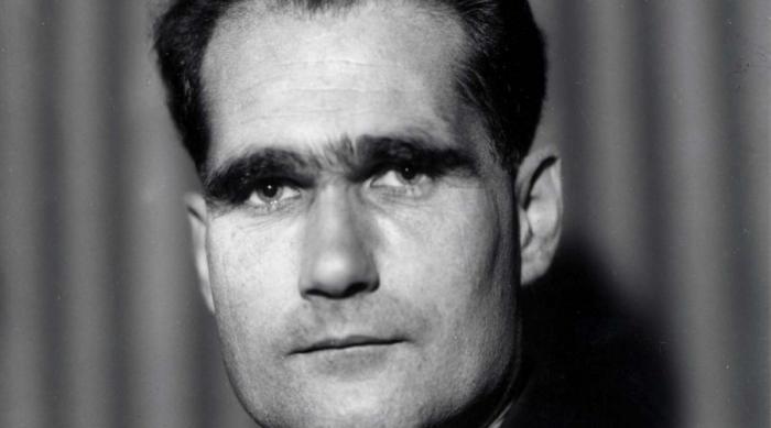 Шотландское путешествие Гесса 10 мая 1941 года второй человек Рейха, заместитель Гитлера по делам нацисткой партии Рудольф Гесс в форме капитана люфтваффе поднял в воздух истребитель дальнего действия Bf-110 и улетел в Великобританию. На северном побережье Соединенного Королевства Гесс выпрыгнул с парашютом, предоставив самолету самому разбираться с управлением. Он дошагал до замка герцога Гамильтона и затребовал личной встречи с Черчиллем. Это стало шоком для всех: Гитлер тут же объявил Гесса сумасшедшим — поступок и в самом деле не имел никаких логических обоснований. До сих пор так и неизвестно, зачем Гесс решился на эту эскападу и что обсуждал наедине с британским премьером.