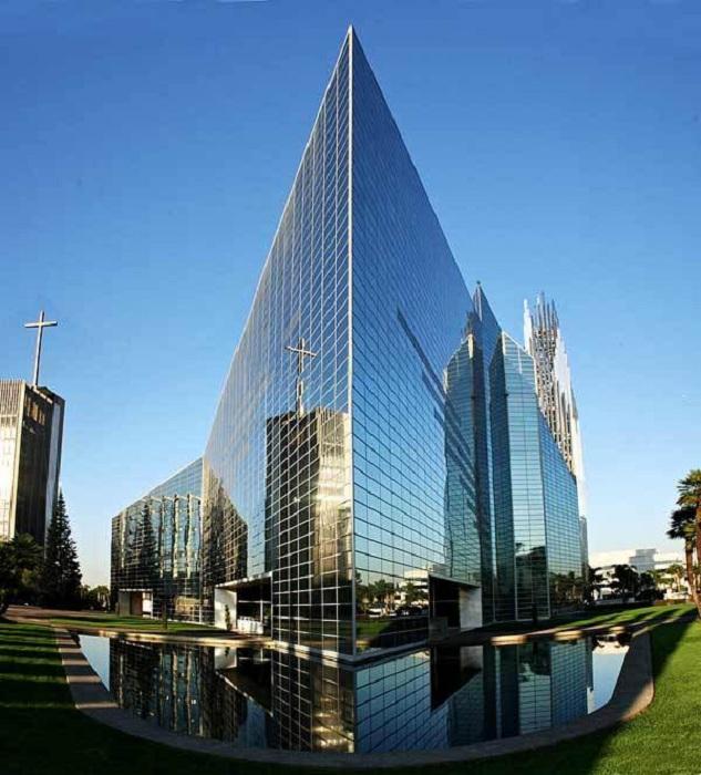 Самый высокий стеклянный храм в мире (Гарден-Гров, США).