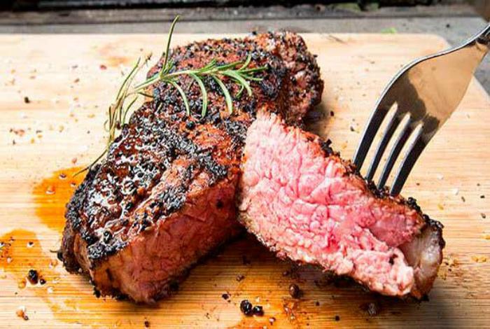 Правильно разрезать мясной стейк. | Фото: Компания T-Bone.
