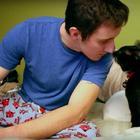 Бездомный кот бросился парню под ноги и спас его от самоубийства