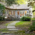 Красивый, милый домик в окружении природы