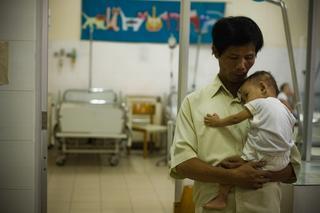Мужчина из Вьетнама 15 лет хоронил детей из клиники абортов и спас более 100 малышей!