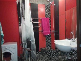 Ванная: микс плитки, мозаики и обоев