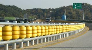 В Южной Корее изобрели дорожный роликовый отбойник