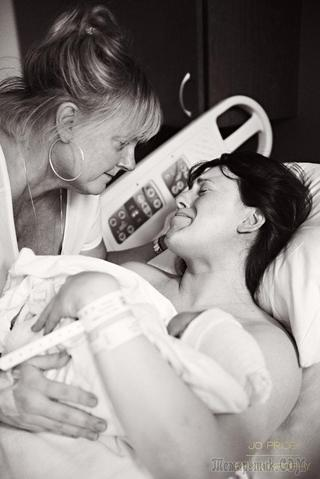 20 раздирающих душу снимков матерей, поддерживающих дочерей при родах