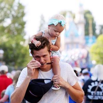 20 счастливых отцов со своими детьми в Диснейленде: новый тренд в Instagram