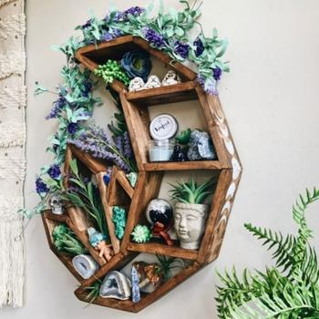 Интересные деревянные полки, которые являются настоящим украшением интерьера