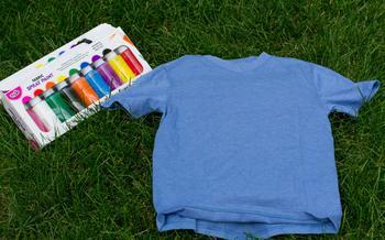 Мастерим с детьми: рисунок на футболке с помощью трафарета