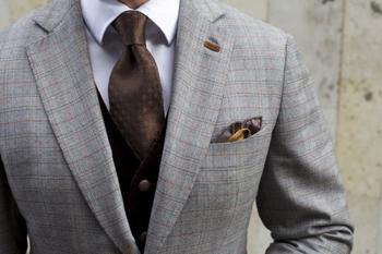 Для чего на лацкане пиджака прорезь и сколько пуговиц нужно застегивать на самом деле