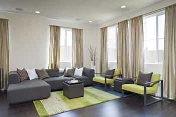 Современный интерьер дома в нейтральной цветовой гамме со всплесками ярких цветов