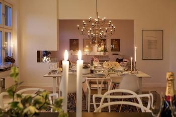 Скандинавская квартира с уютной атмосферой вечером