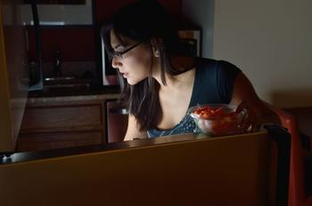 Ночной налет на холодильник. Как научиться не переедать поздно вечером