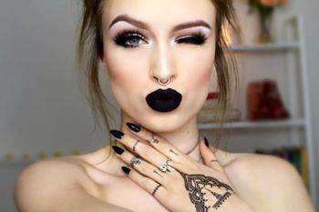 Макияж с темной помадой — броское, яркое и необычное выделение губ