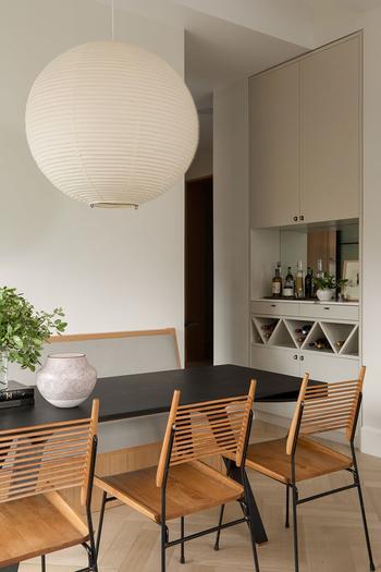 Уютная современная квартира в нейтральных тонах с тёплыми акцентами в Нью-Йорке