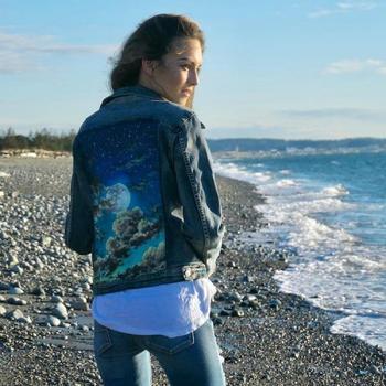 Художник изображает пейзажи на джинсовых куртках, превращая их в произведения искусства
