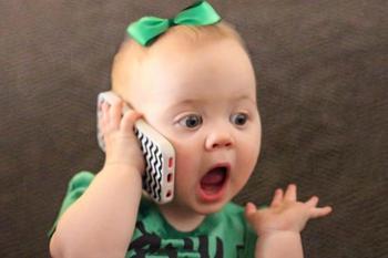15 забавных малышей с телефонами