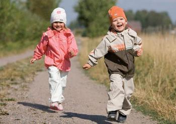 Как правильно выбрать ребенку одежду и обувь, если на улице то холодно, то жарко?