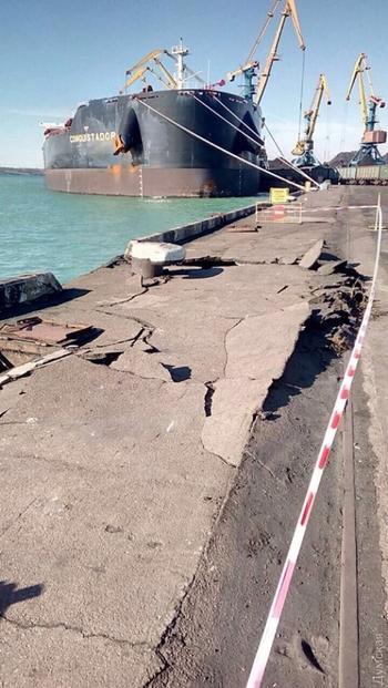Грузовое судно незначительно повредило причал порта «Южный» в Одесской области (фото)