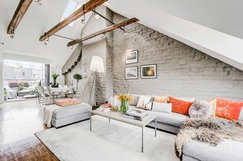 Мансардная шведская квартира 81 кв.м. с кирпичной стеной и камином