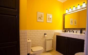 Яркая желтая ванная комната