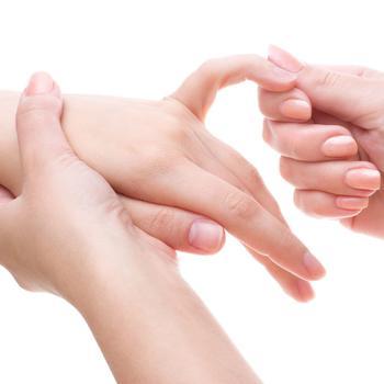 Полоски на ногтях: откуда они и что это значит