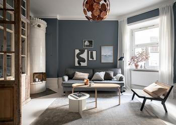 Синие стены и винтажная перегородка: оригинальная небольшая квартира в Швеции