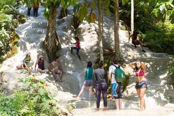 """""""Липкие водопады"""" Буа-Тхонг, по которым можно подняться босиком"""