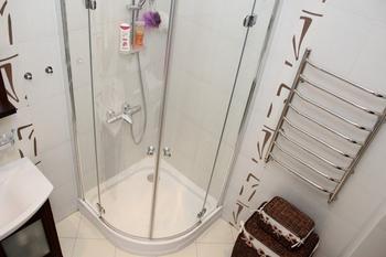Ванная с окном, бело-фисташковая