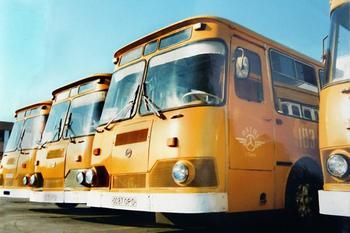 Почему советские городские автобусы красили в «охру»