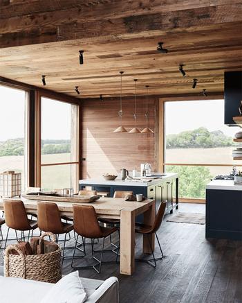 Современный деревянный дом посреди дикой природы в Дании