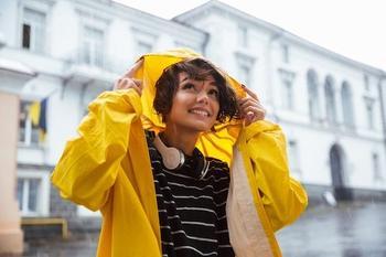 С чем модно носить актуальную ветровку?