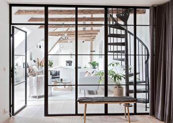 Мансардная квартира с эффектными деревянными балками в Швеции