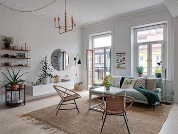 Лёгкий и приятный скандинавский интерьер с голубым диваном