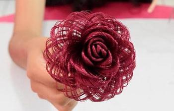 Роза из обыкновенной атласной ткани